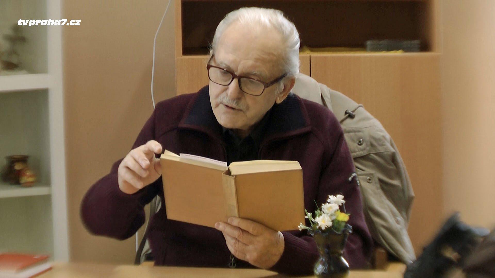 Dobrovolníci čtou seniorům