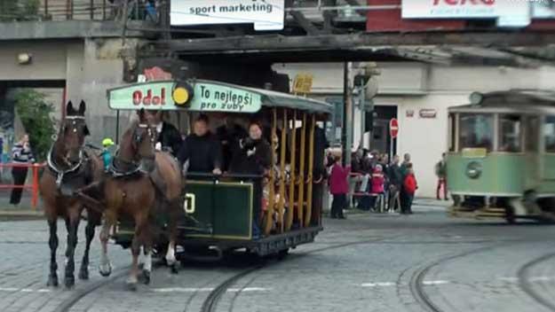 140 let MHD slavilo průvodem historických tramvají